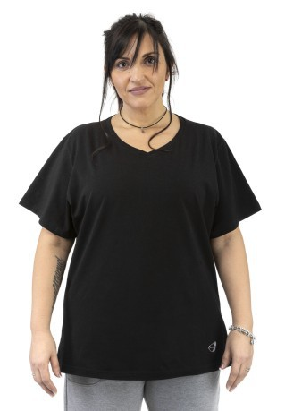 T-Shirt Women's Sleeve Plus black model in front of